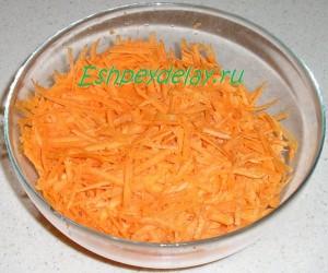 тертая морковь в миске