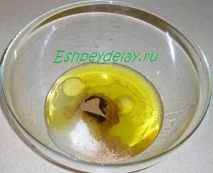 яйца, сахар, корица, мускатный орех и масло