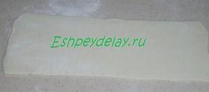 раскатаный пласт слоеного теста