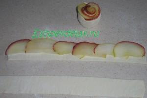 дольки яблока на полске слоеного теста