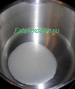 сахар с водой в кастрюле