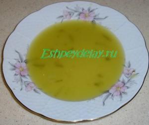 рассол с огурцов в тарелке