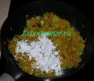 обжаренные овощи и мука на сковороде