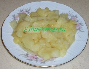 вареные яблоки на тарелке