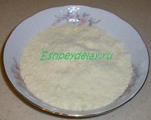 перетертые мука сахар и масло
