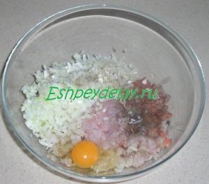 рубленная рыба, лук и яйцо