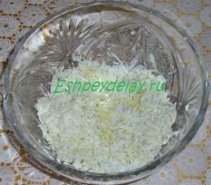 тертые яйца в салатнице