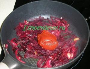 свекла и лук с томатной пастой на сковороде