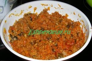 тушеные фарш и грибы с томатной пастой