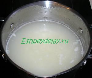 рис варится в кастрюле