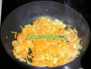 обжаренные на сковороде лук и морковь