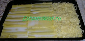 тертый сыр на листах лазаньи