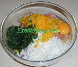 фарш, рис, поджарка, яйцо и зелень в миске