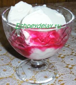 мороженое с вишневым сиропом в креманке