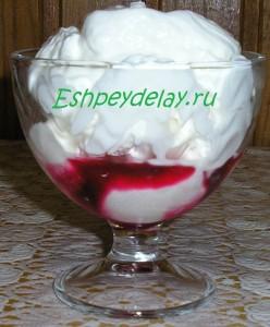 мороженое с вишневым сиропом и сливками