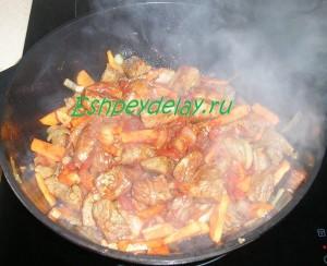 обжаренное мясо, морковь и лук в казане