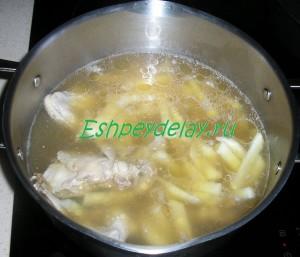 картошка, курица и грибы в кастрюле