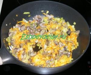 обжаренные грибы с луком и морковью