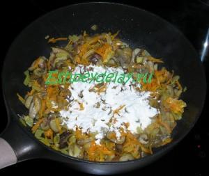 мука с грибами на сковороде