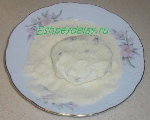 Сырник с изюмом в манке