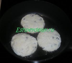 Сырники с манкой и изюмом на сковороде