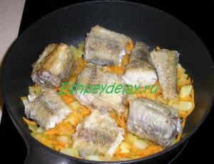 обжаренный минтай с луком и морковью