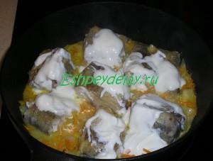 минтай в сметанном соусе на сковороде