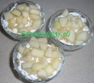 слой груши в десерте с маскарпоне и фруктами
