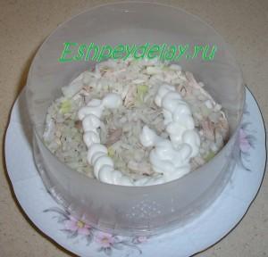 второй слой салата с киви из лука и майонеза