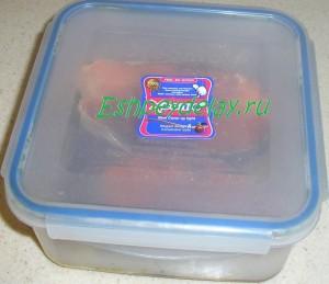 стейки семги в емкости для маринования