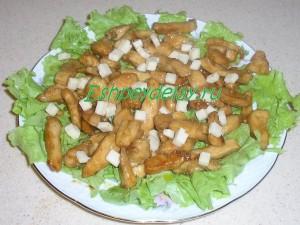 кусочки козьего сыра на курице и салате