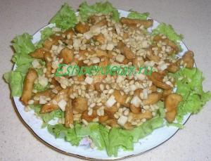 Салат из курицы с кедровыми орешками и козьим сыром
