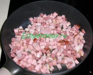 кусочки колбасы на сковороде