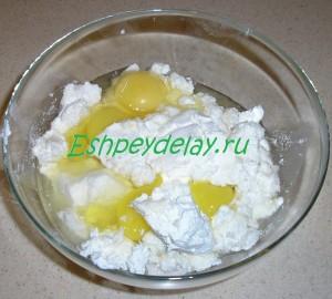 творог с яйцами и сахаром в миске