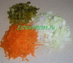 соленый огурец, морковь и лук кубиками