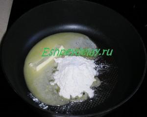 масло с мукой на сковороде