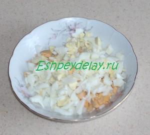 яйца с луком в миске