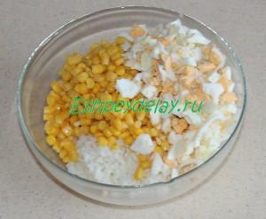 кукуруза и яйца в миске