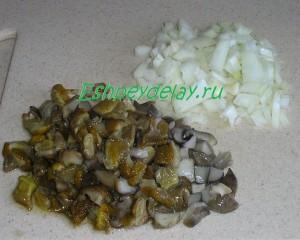 порезанные грибы и лук