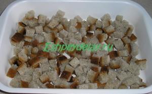 хлеб кубиками на листе для запекания