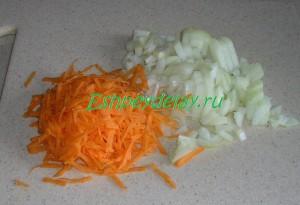 порезаный лук и тертая морковь