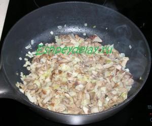 обжаренные грибы и лук на сковороде