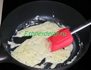 мука с растительным маслом на сквороде