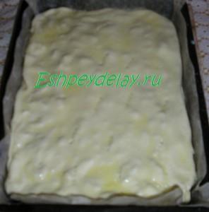 Пирог из слоеного теста на листе для запекания
