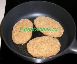 Мясные зразы с грибами на сковороде