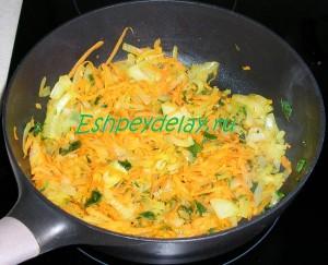 обжаренные на сковороде лук с морковью и зеленью