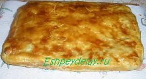 Пирог из слоеного теста с курицей и картошкой
