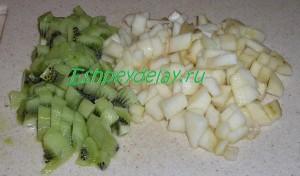 груши и киви порезанные кубиками