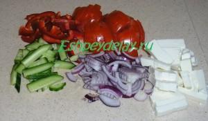 нарезанные овощи для салата с рукколой