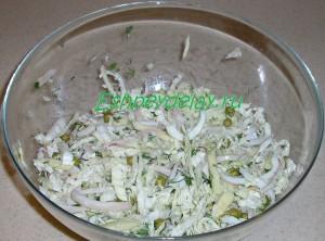 перемешиваем салат с кальмарами и пекинской капустой